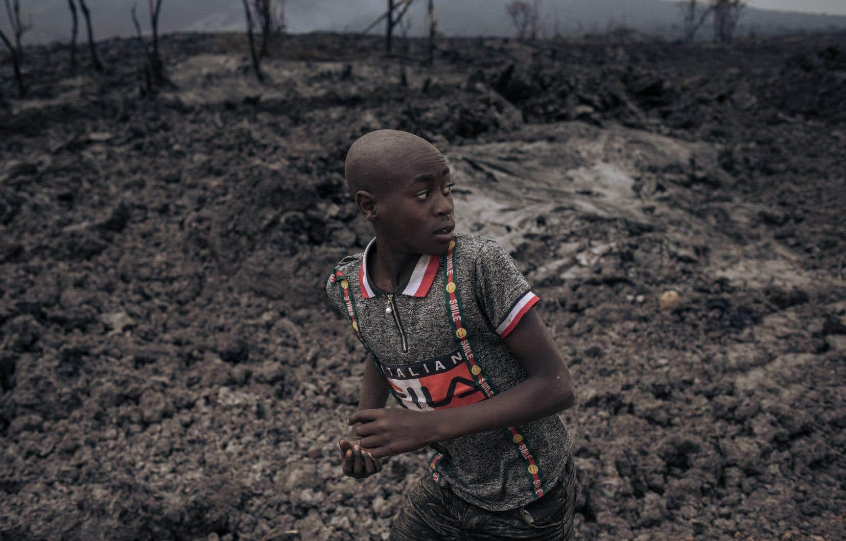 À Goma, les habitants quittent à nouveau la ville et partent traverser, depuis l'est de la République démocratique du Congo, la frontière toute proche du Rwanda, tandis que la lave, auparavant incandescente, s'est solidifiée.