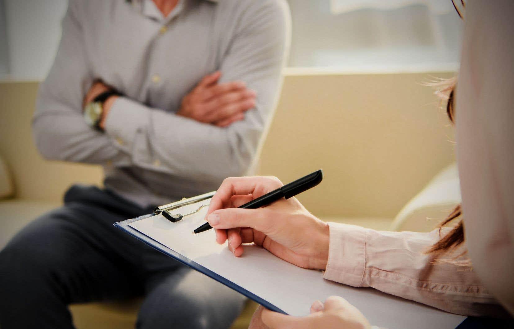 Les psychologues, maintenant détenteurs d'un doctorat, préfèrent pratiquer leur profession au privé où leurs conditions de travail, leur autonomie professionnelle, leur salaire sont meilleurs, explique l'autrice.