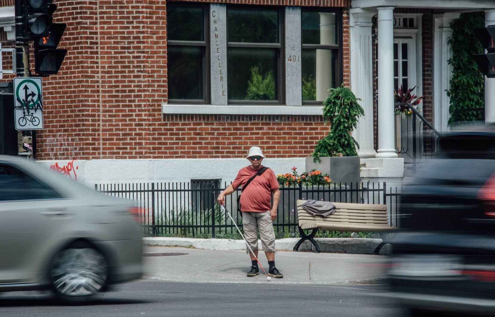 «Prioriser les piétons et les cyclistes, c'est bien. Sauf qu'ils nous ont oubliés. C'est inacceptable. La Ville a pourtant une politique d'accessibilité universelle et joue du violon avec ça», souligne Yves-MarieLefebvre.