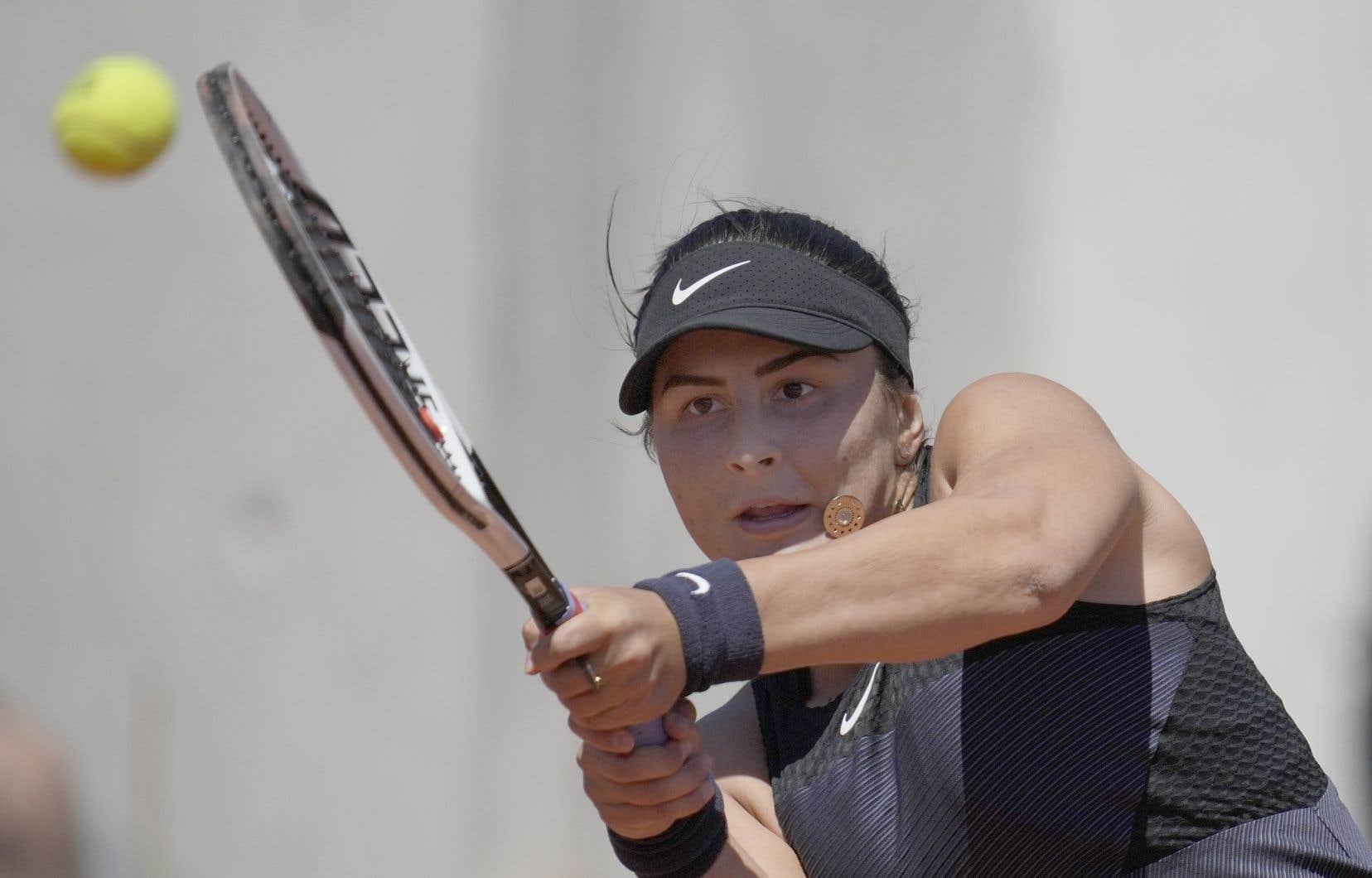 La jeune vedette canadienne, qui connaît un retour à la compétition en montagnes russes en 2021, s'est inclinée 6-7 (1), 7-6 (2), 9-7 face à la Slovène Tamara Zidansek, 85e joueuse mondiale, lors d'un match qui a duré trois heures et 20 minutes sur la terre battue de Roland-Garros.