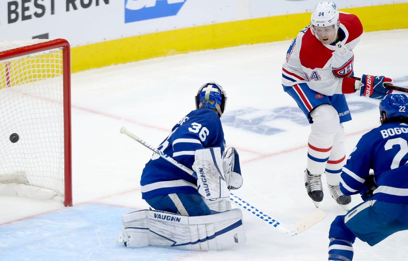 Corey Perry pointe la rondelle devant le gardien de but des Maple Leafs lors du match de lundi à Toronto.