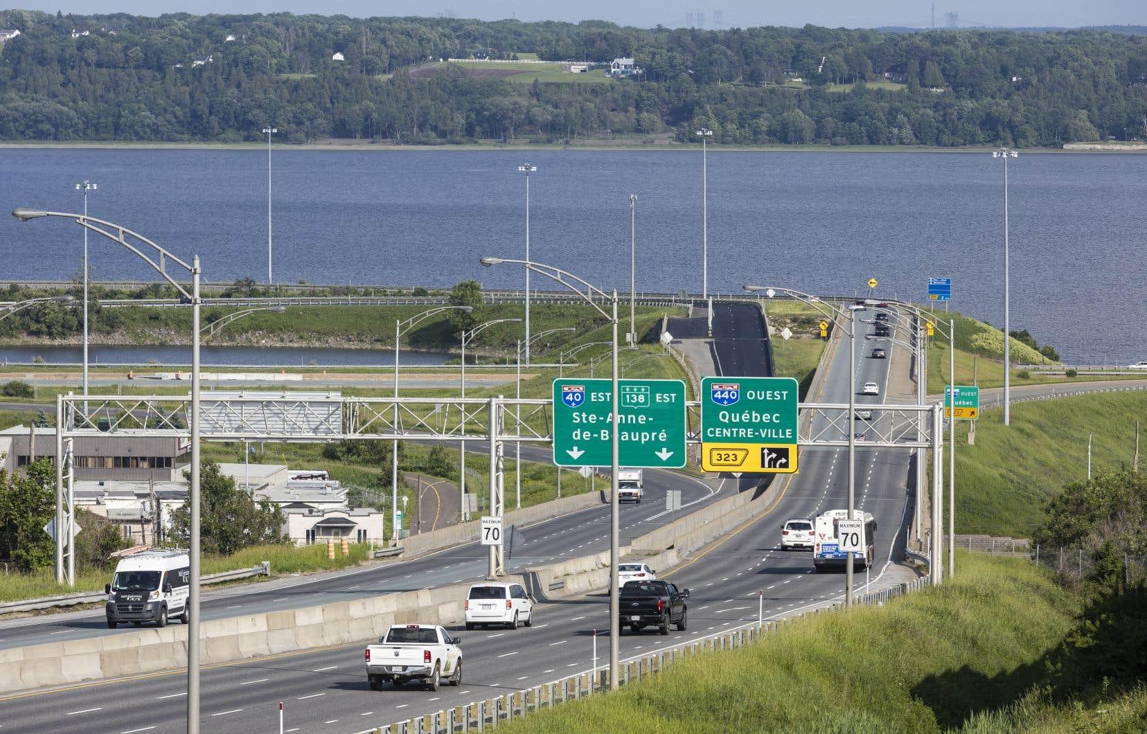 Cette décision survient alors qu'un nouveau sondage rendu public par le gouvernement documente la popularité dont jouit le projet de tunnel dans la région de Québec.