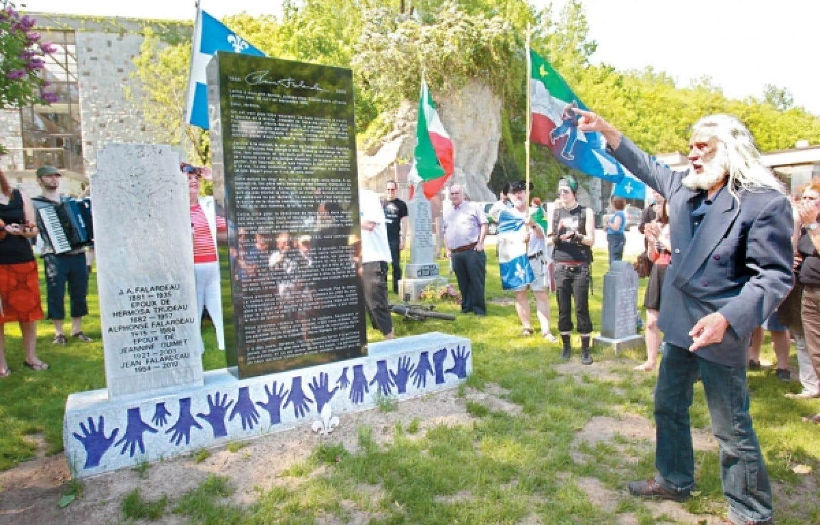 Le sculpteur Armand Vaillancourt devant le monument qu'il a créé à la mémoire de Pierre Falardeau