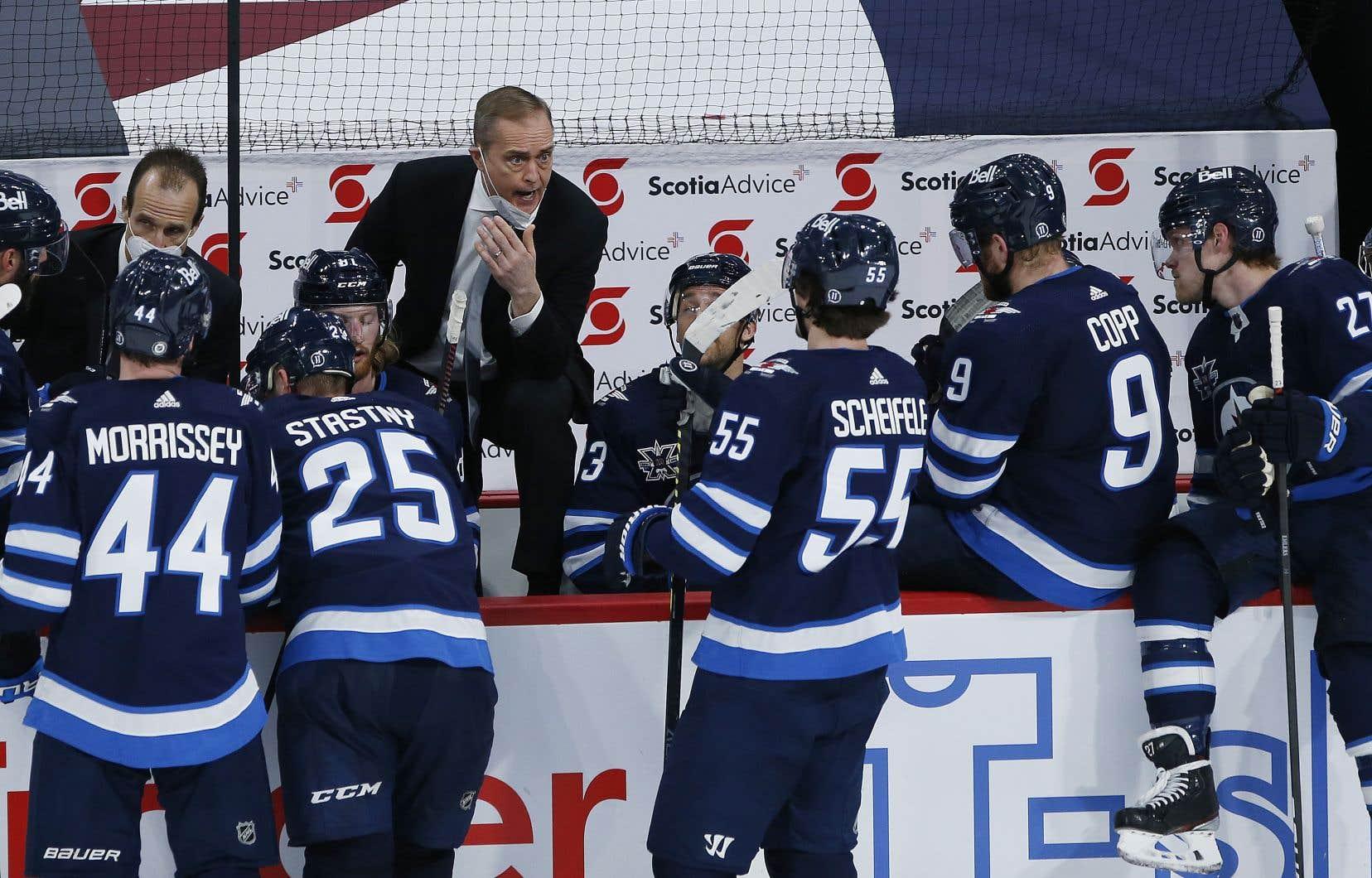 La mise en échec de Mark Scheifele sur Jake Evans était «un coup violent, mais c'était un coup légal», affirme l'entraîneur-chef des Jets de Winnipeg.