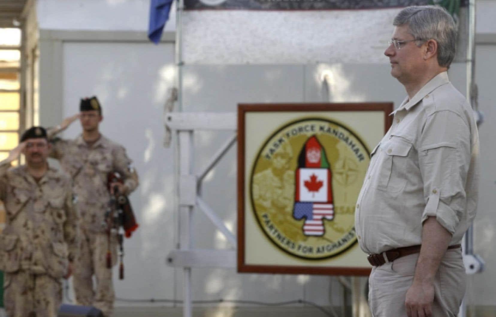 Stephen Harper participait à une cérémonie à la base aérienne de Kandahar, le 30 mai dernier<br />