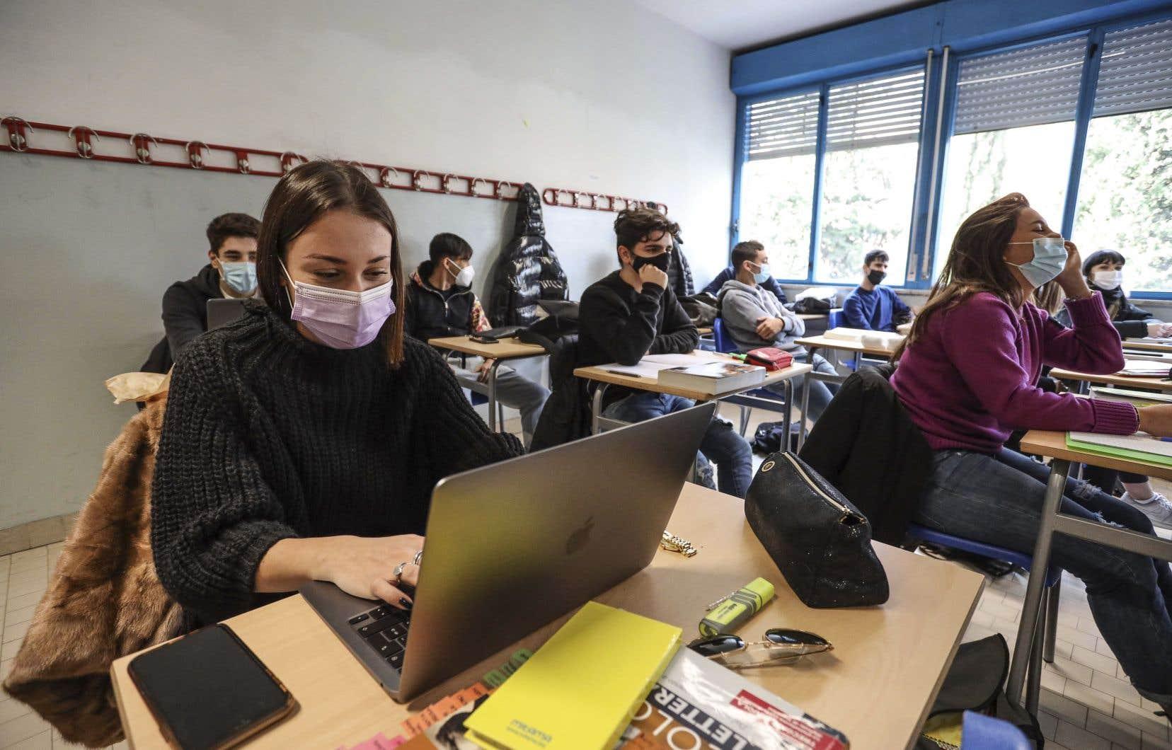 Si 75% des 12-17 ans sont vaccinés d'ici la fin août, la rentrée scolaire en septembre se fera sans masque ni bulles-classes.