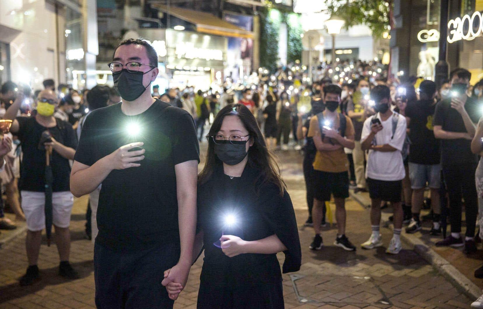 Face à l'impossibilité de se rassembler, certains habitants ont allumé de petites lumières dans les rues de la ville, soit de vraies bougies, soit la fonction lampe de téléphones portables.
