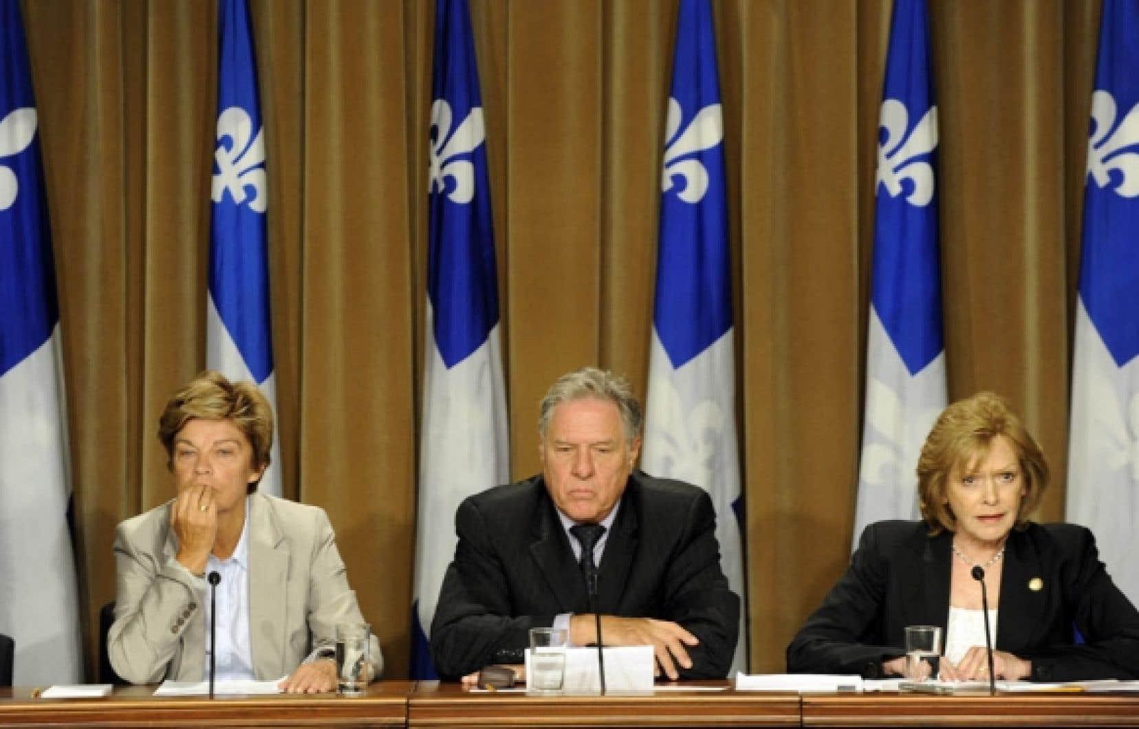 Louise Beaudoin, Pierre Curzi et Lisette Lapointe ont condamné l'«autorité outrancière» de l'entourage de la chef, lequel entourage serait «obsédé par le pouvoir».