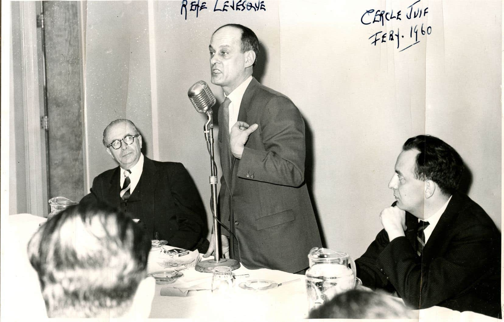 René Lévesque, alors journaliste, a prononcé une conférence sur les préjugés raciaux devant le Cercle juif de langue française, en 1960.À sa gauche, Naïm Kattan, le principal animateur de ces rencontres.