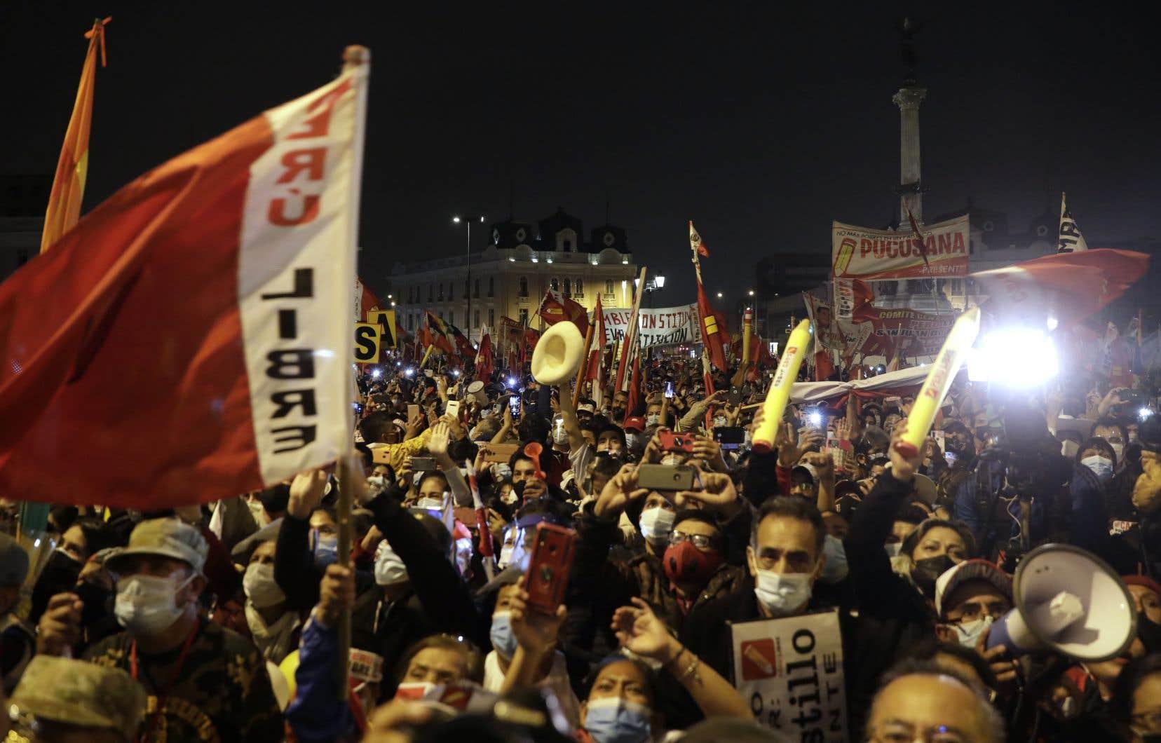 Les électeurs auront à choisir dimanche entre entre deux  candidats que tout oppose:  la populiste  de droite  Keiko Fujimori  et le candidat  de la gauche  radicale,  dont on voit  des supporteurs sur la photo.