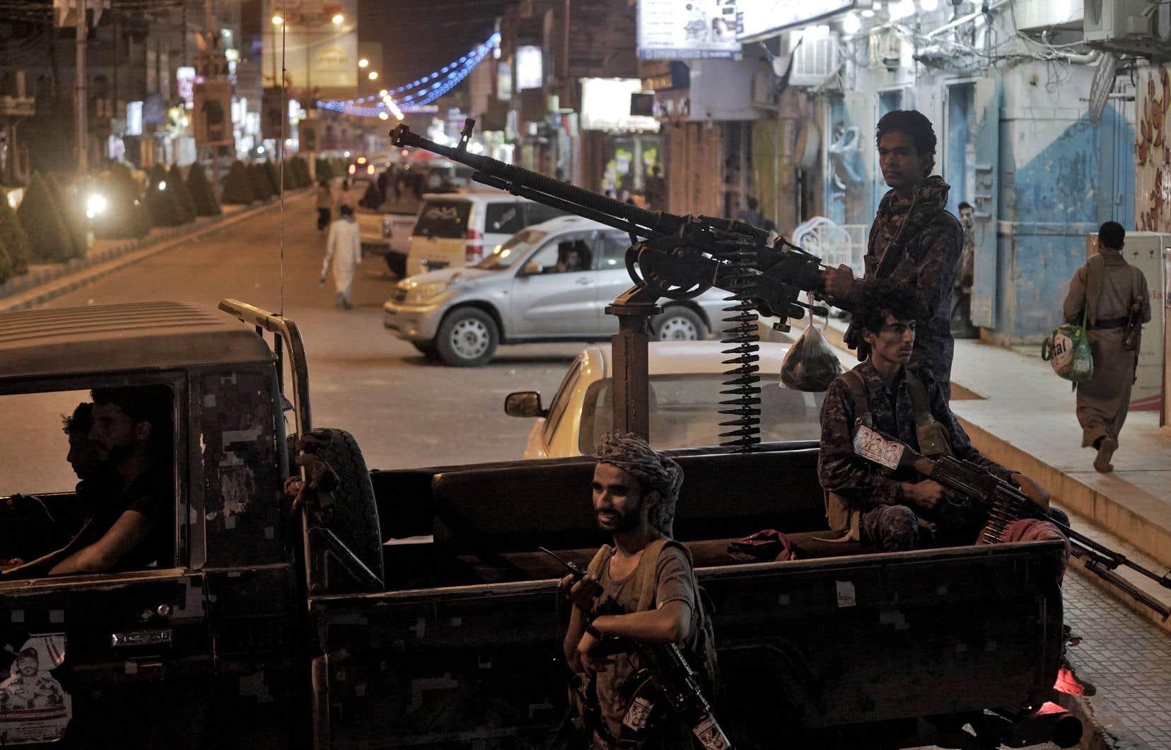 Les Houthis tentent depuis février d'arracher Marib, région riche en pétrole, aux forces loyalistes, appuyées elles par une coalition dirigée par l'Arabie saoudite. Sur cette photo, des combattants fidèles au gouvernement yéménite montent la garde à l'entrée de la ville de Marib, dans le nord-est du Yémen, le 5 mai.