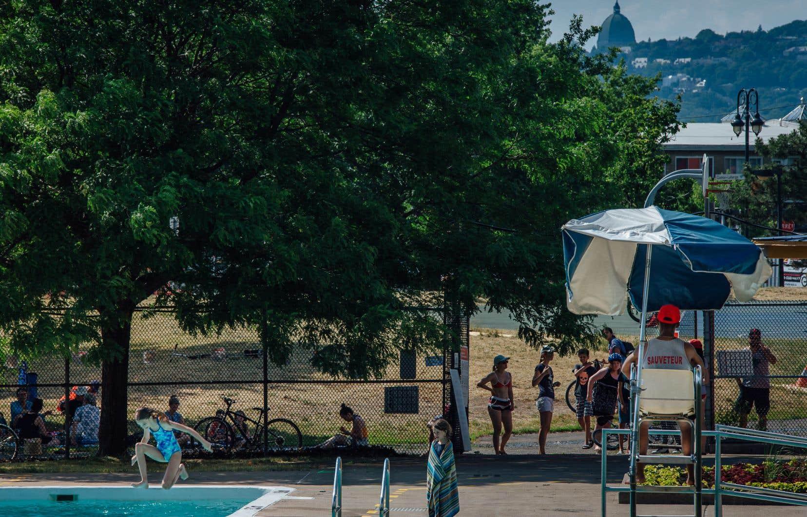 À la piscine Arthur-Therrien dans Verdun, des citoyens profitent de la piscine alors que la température ressentie frôle les 30 degrés Celsius.