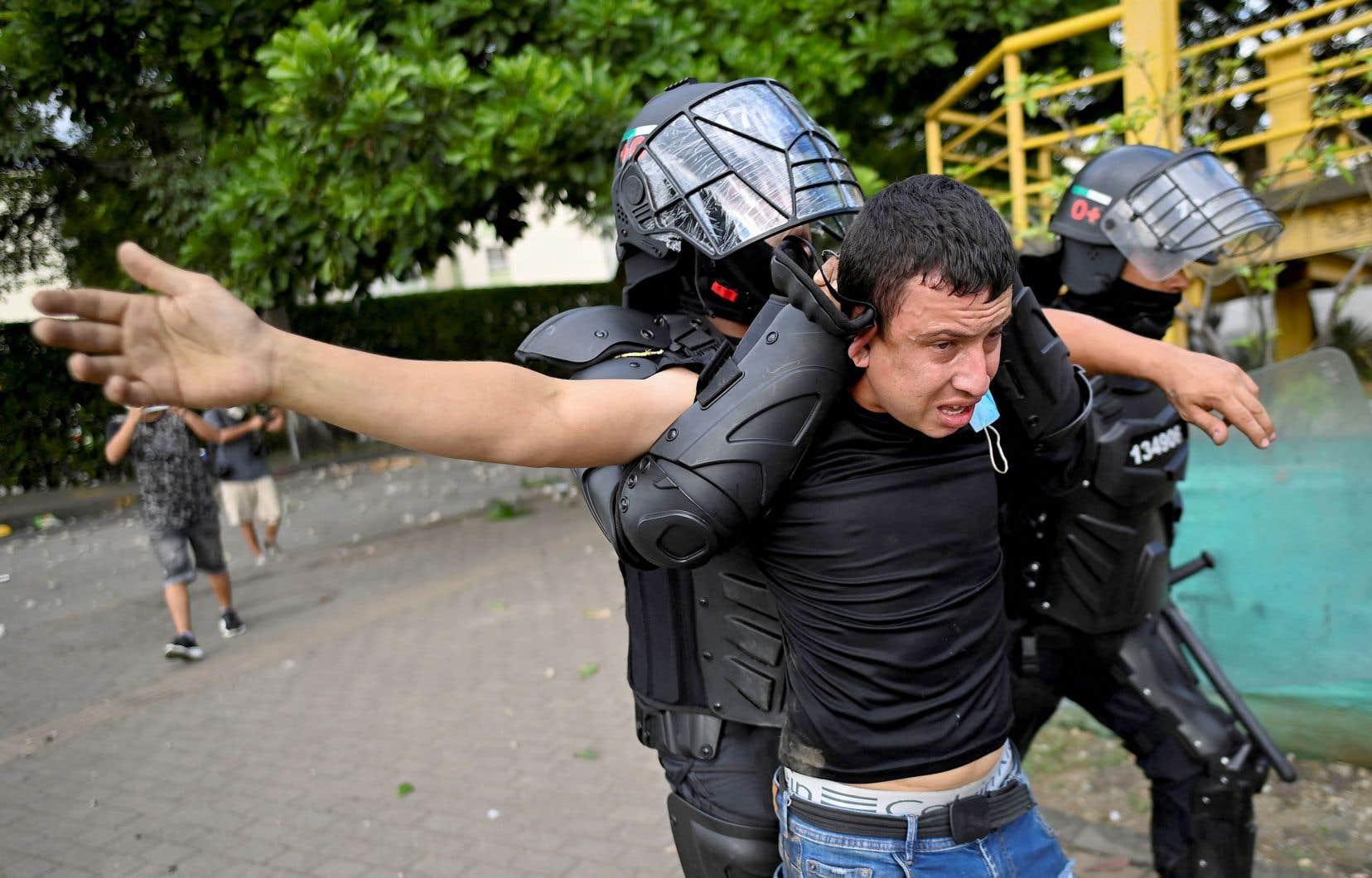 La police est mise en cause pour sa violente répression des manifestations sociales qui secouent le pays depuis fin avril et qui ont fait plus de 60 morts.