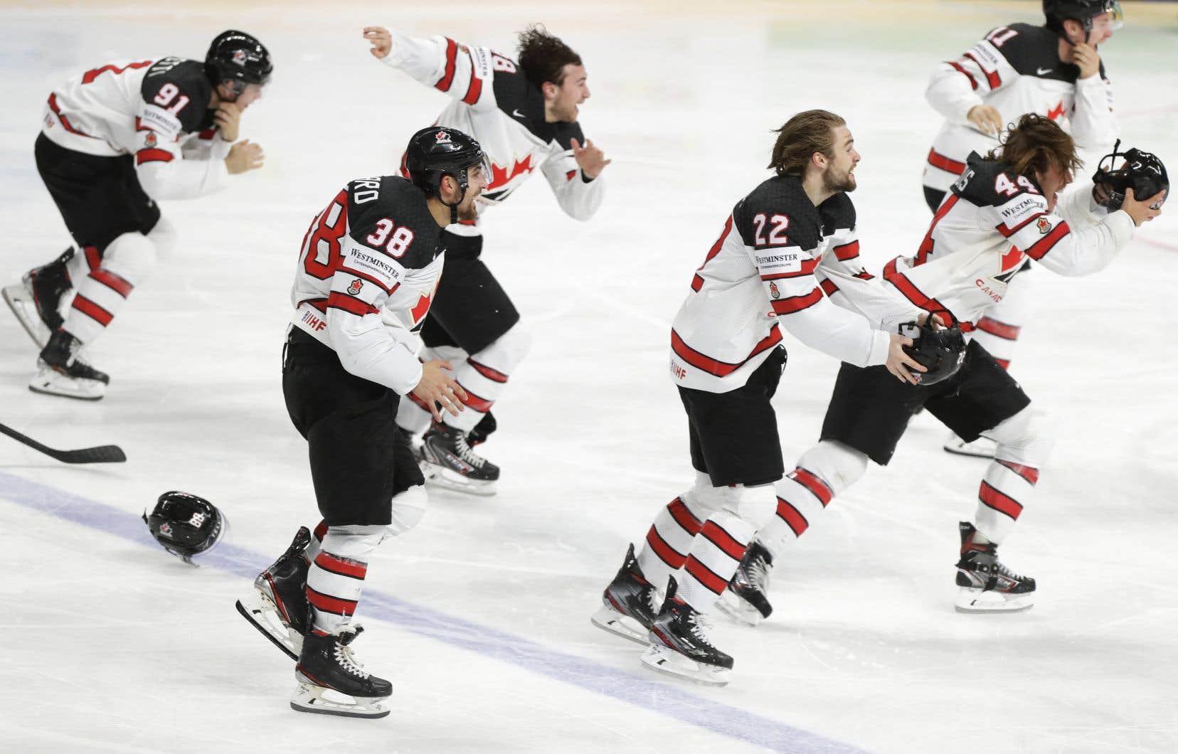 Les joueurs de l'équipe canadienne célèbrent leur victoire lors de la finale du Championnat du monde de hockey sur glace.