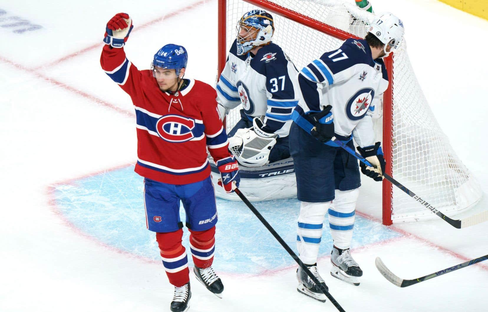 Nick Suzuki des Canadiens de Montréal célèbre son but contre le gardien des Jets de Winnipeg, Connor Hellebuyck, lors de la troisième période des éliminatoires de la Coupe Stanley de la LNH à Montréal, dimanche dernier.