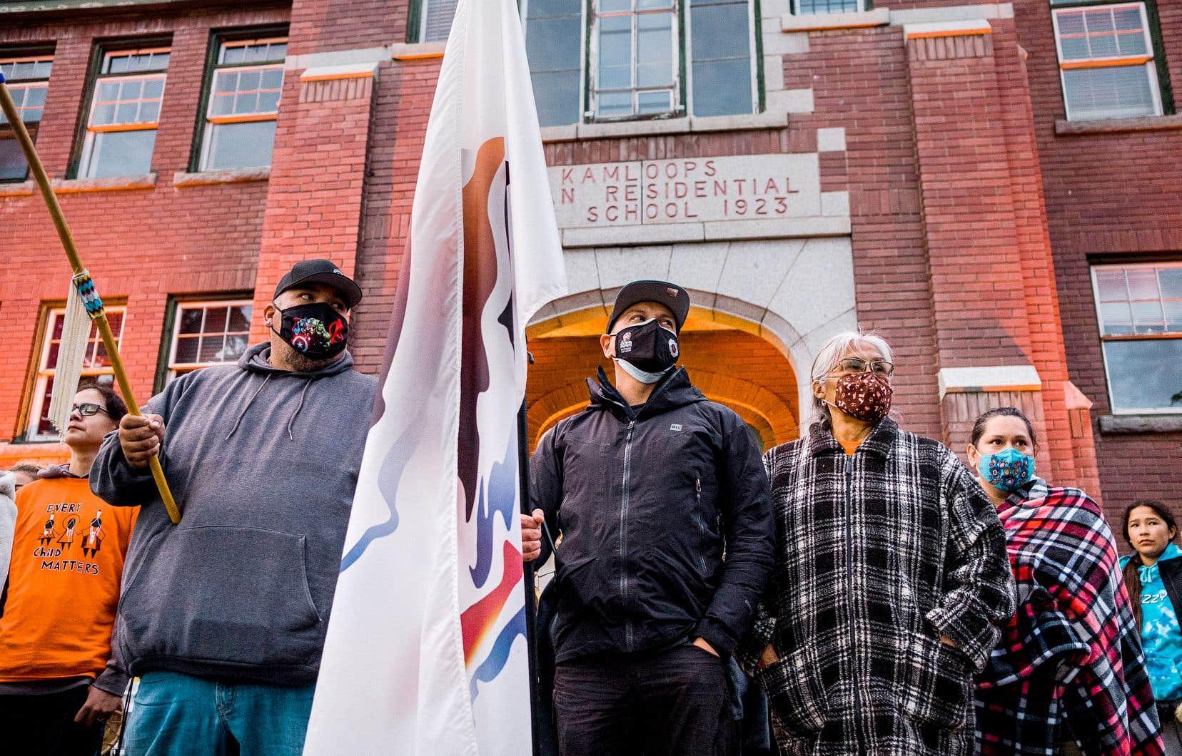 Devant l'ancien pensionnat de Kamloops, des membres de la communauté de Tk'emlúps te Secwepemc ont accueilli un groupe de personnes qui ont couru en l'honneur des 215 enfants décédés.