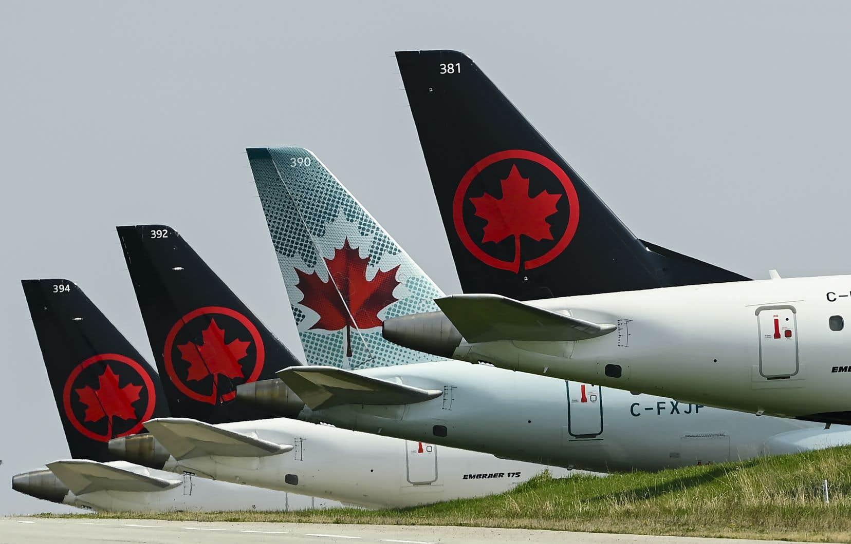 Dans un communiqué publié en soirée, dimanche, la compagnie aérienne révèle «que les vice-présidents généraux et le président et chef de la direction actuels d'Air Canada ont choisi de volontairement rendre leurs primes et leurs droits à la plus-value d'actions de 2020».