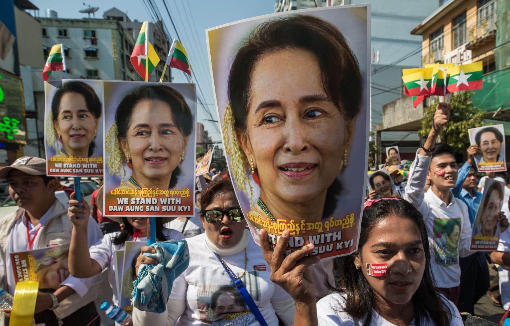 Manifestations quasi quotidiennes, économie paralysée par des grèves massives, recrudescence des affrontements entre armée et factions ethniques rebelles: le Myanmar est en ébullition depuis le putsch qui a mis fin à une parenthèse démocratique de 10ans.