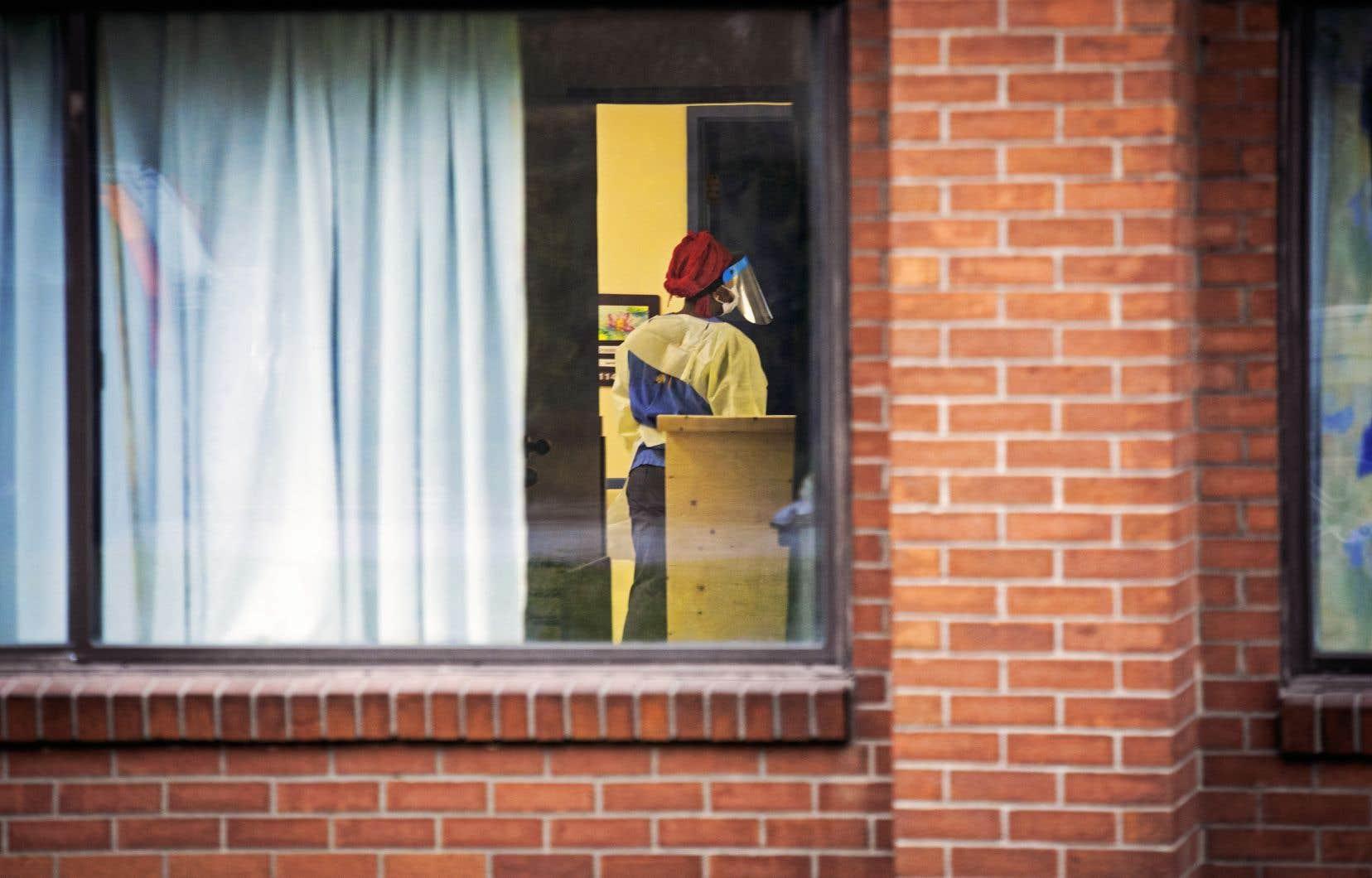 L'enquête de la coroner se penche sur les décès de personnes âgées ou vulnérables survenus dans des milieux d'hébergement au cours de la pandémie de COVID-19, qui comptent pour la moitié des victimes de la première vague.
