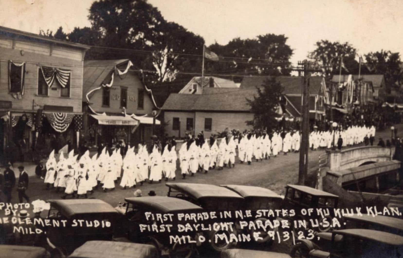 Cette carte postale montre des membres du Ku Klux Klan paradant au grand jour en août 1923 dans la ville de Milo, au Maine, comme ils l'ont fait dans d'autres villes de cet État, à l'époque où la diaspora canadienne-française constituait la principale cible de cette organisation suprémaciste.