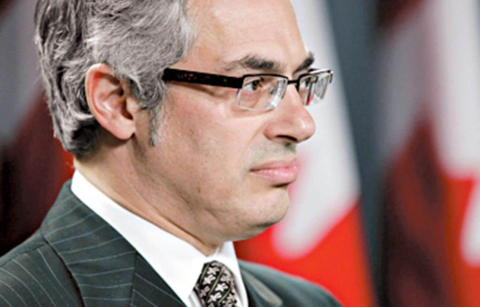 """Tony Clement est désormais le ministre du Conseil du Trésor et dirigera la vaste opération de réduction des dépenses d'Ottawa. M. Rae estime qu'il n'aura «aucune crédibilité». «C'est """"capitaine Gaspillage"""" qui devient """"capitaine Nettoyage"""".»"""