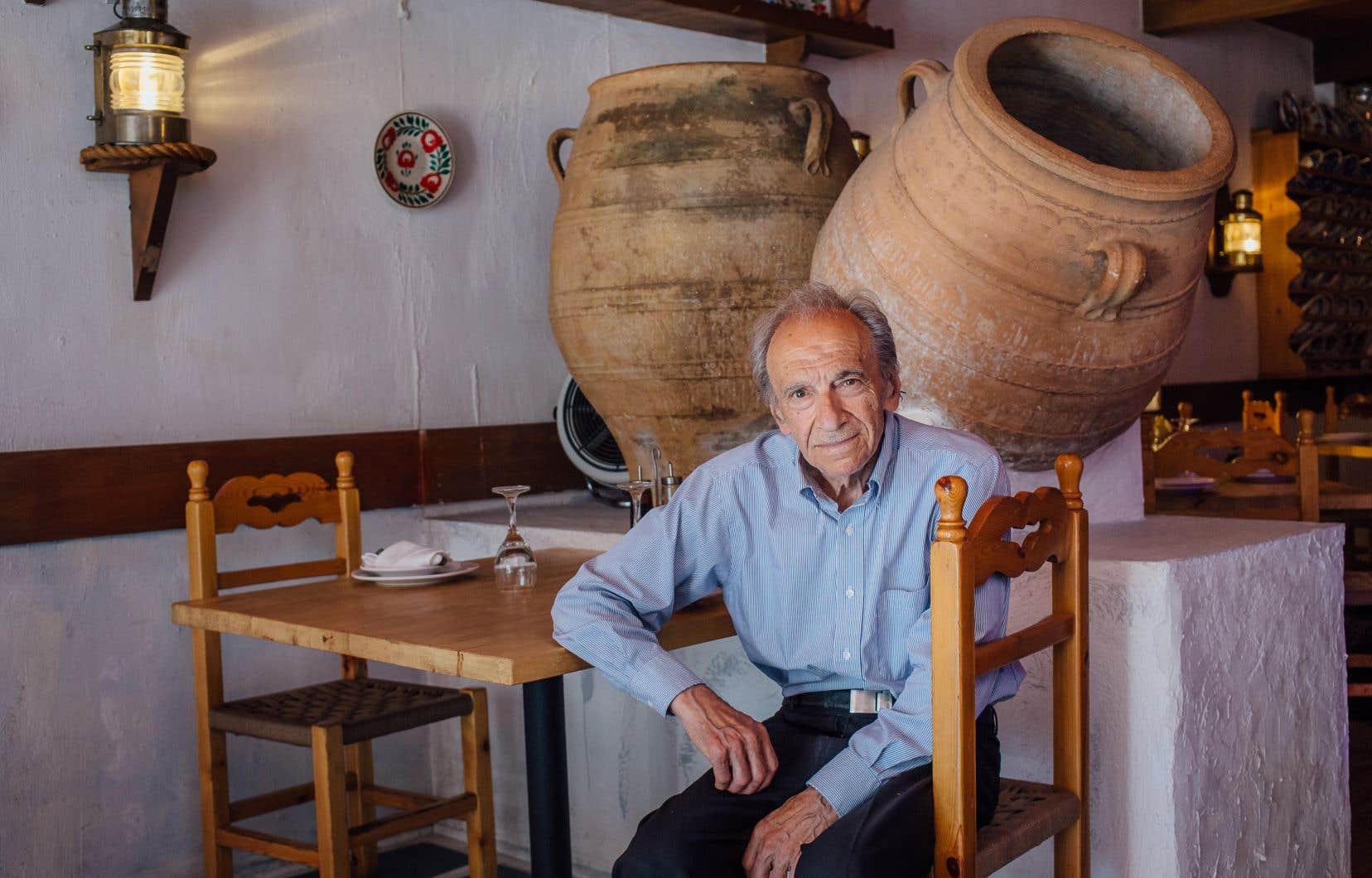 Lorsque leur restaurant a brûlé en 1976, George (notre photo) et Georgia Mangafas ont décidé de le redécorer complètement en évoquant Rodos, l'île natale de Georgia. Et encore aujourd'hui, on peut savourer chez Rodos de la cuisine grecque entouré d'immenses poteries artisanales, de textiles et de coquillages de leur pays natal.