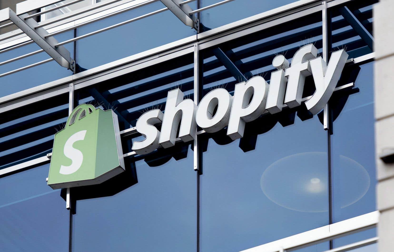 Shopify, inscrit à la Bourse de Toronto depuis 2015, a vu la valeur de son titre tripler durant la pandémie, arrivant à 1488$ mardi. À ce montant, l'entreprise a atteint une valeur de 185 milliards de dollars, la plus grande valeur parmi toutes les sociétés cotées à Toronto.