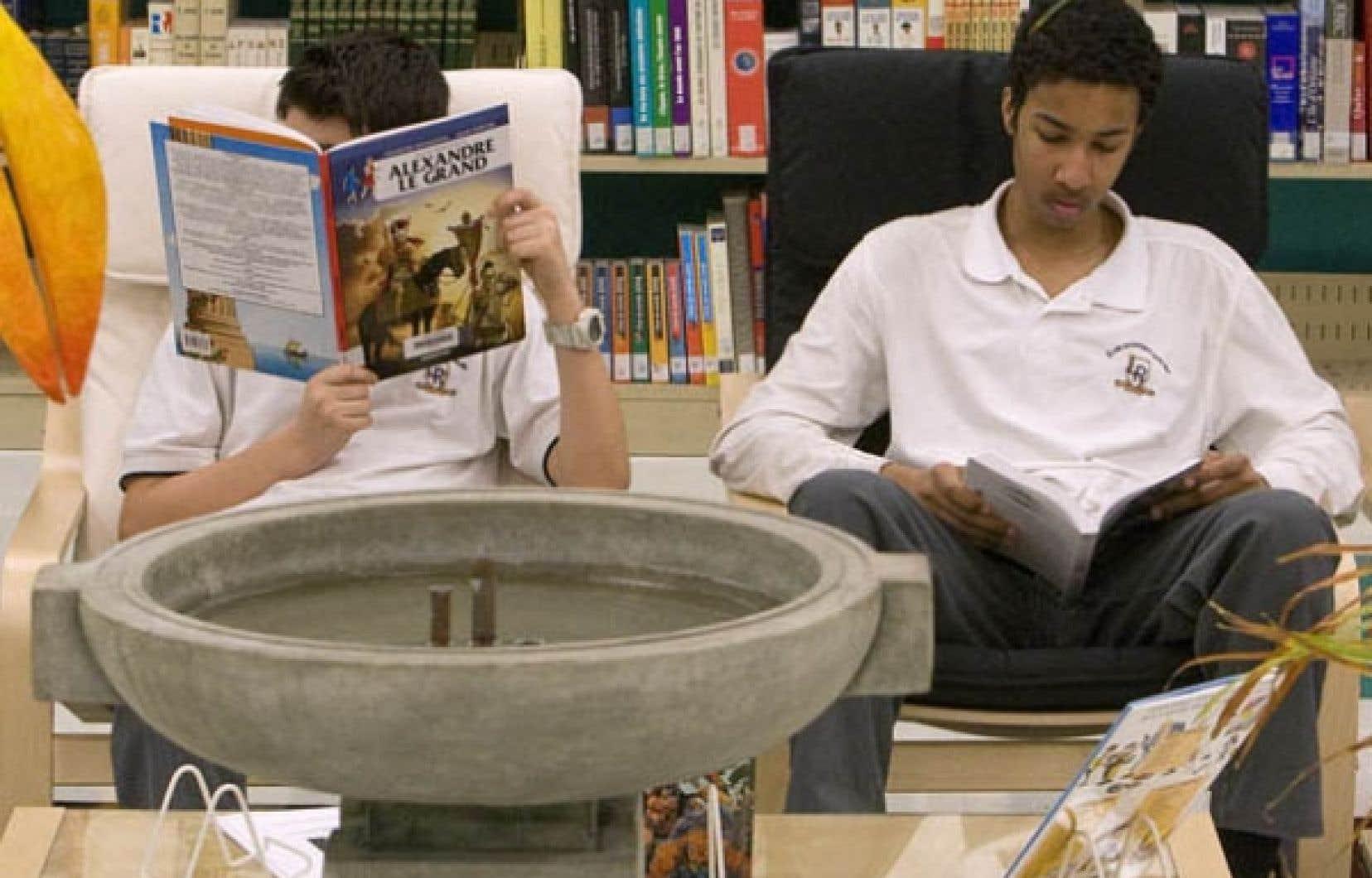 Des élèves de l'école secondaire Louis Riel en pleine lecture. Au Québec, près des deux tiers des heures de cours consacrées à l'histoire concernent l'histoire du Québec et du Canada.<br />