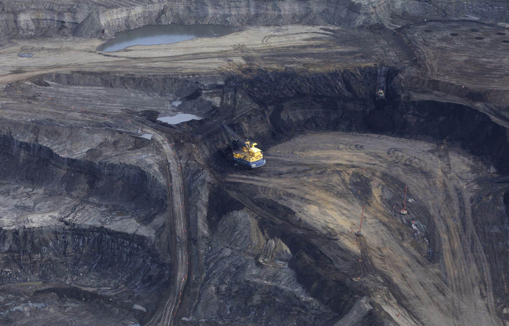 Le Canada possède les troisièmes réserves prouvées du monde, principalement contenues dans des sables bitumineux de l'Ouest, dont l'exploitation est critiquée pour ses conséquences sur l'environnement.