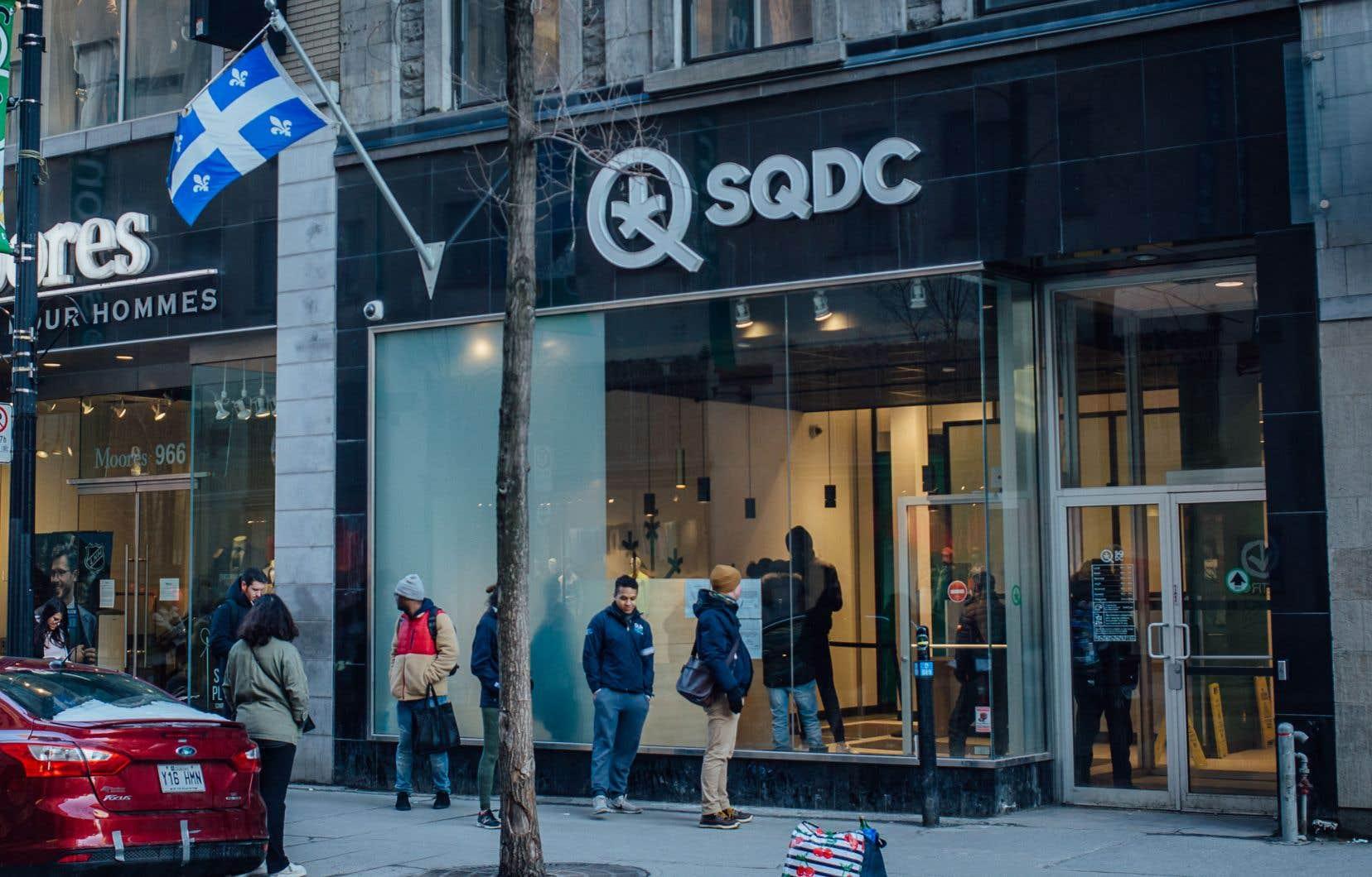 Les contraintes imposées par les mesures sanitaires et la désignation de la SQDC comme service essentiel semblent ainsi avoir poussé davantage de consommateurs vers la SQDC au détriment des fournisseurs illégaux.