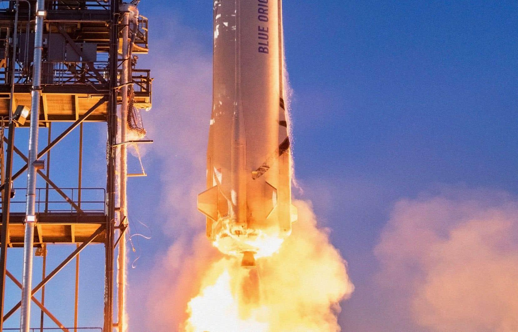 Gros plan de la fusée New Shepard fabriquée par la société spatiale Blue Origin, lors de son lancement dans l'ouest du Texas.