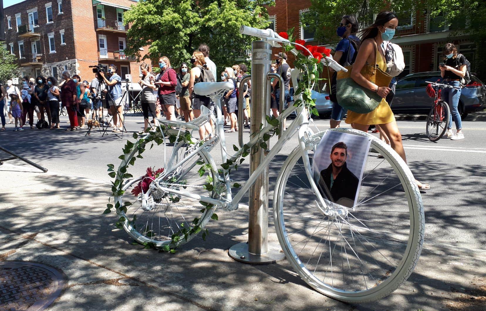 Plus d'une centaine de personnes se sont recueillies vers 11h à l'endroit exact où la collision a eu lieu, sur l'avenue Papineau, pour installer un vélo fantôme – qui se caractérise par sa couleur blanche – en hommage à M. Levesque.