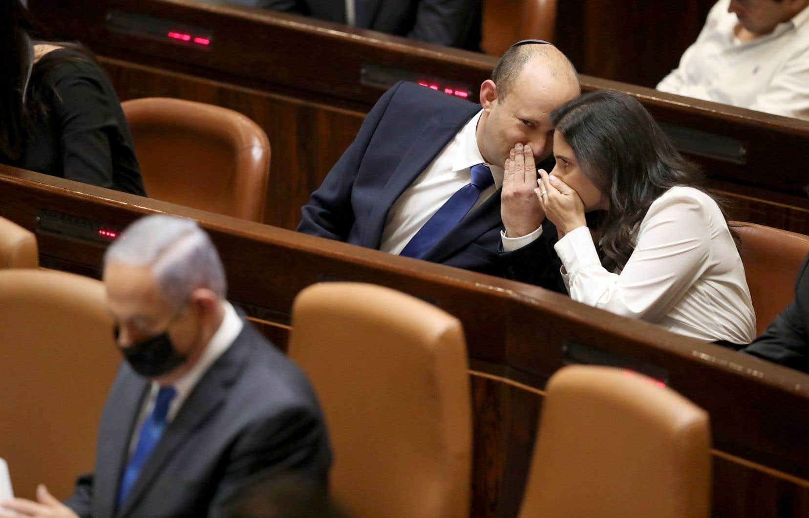 Lors de son dernier discours de premier ministre devant la Knesset, Benjamin Nétanyahou (au premier plan), qui a dirigé le pays durant 12 ans, avait assuré qu'il reviendrait «bientôt» au pouvoir, récupéré à présent par son ancien allié, Naftali Bennett (au second plan).