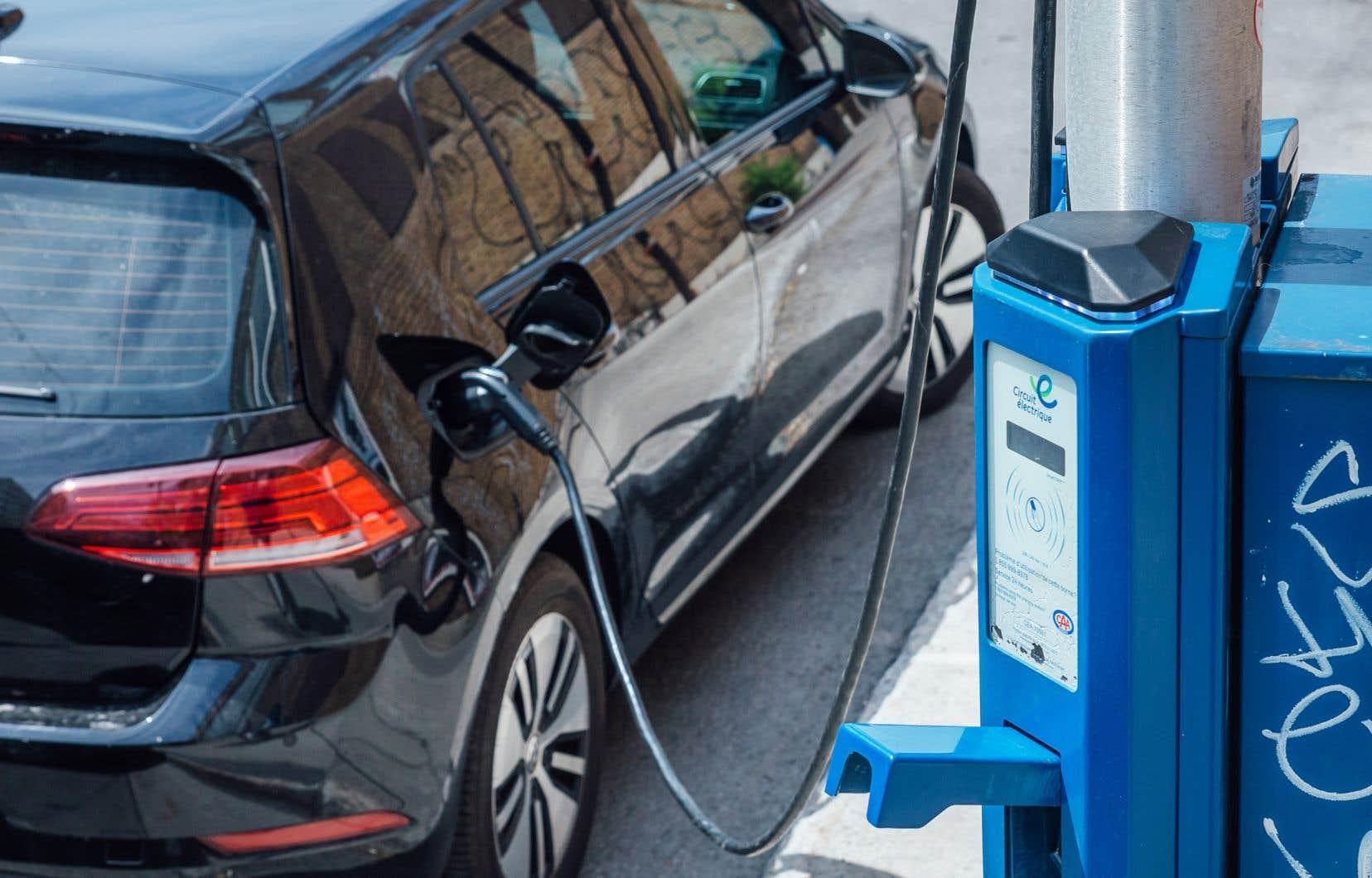 La recharge de batteries demande beaucoup d'énergie, mais une trop grande demande sur le réseau peut entraîner des pannes d'électricité.