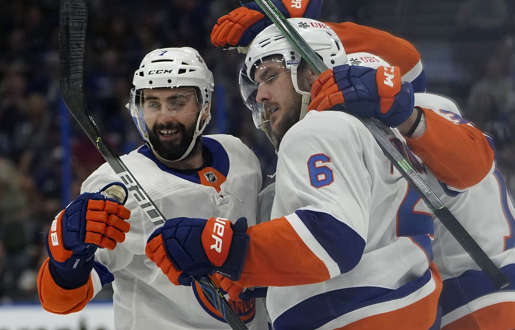 Ryan Pulock (au centre) a doublé l'avance des Islanders à 5:36 du dernier tiers.