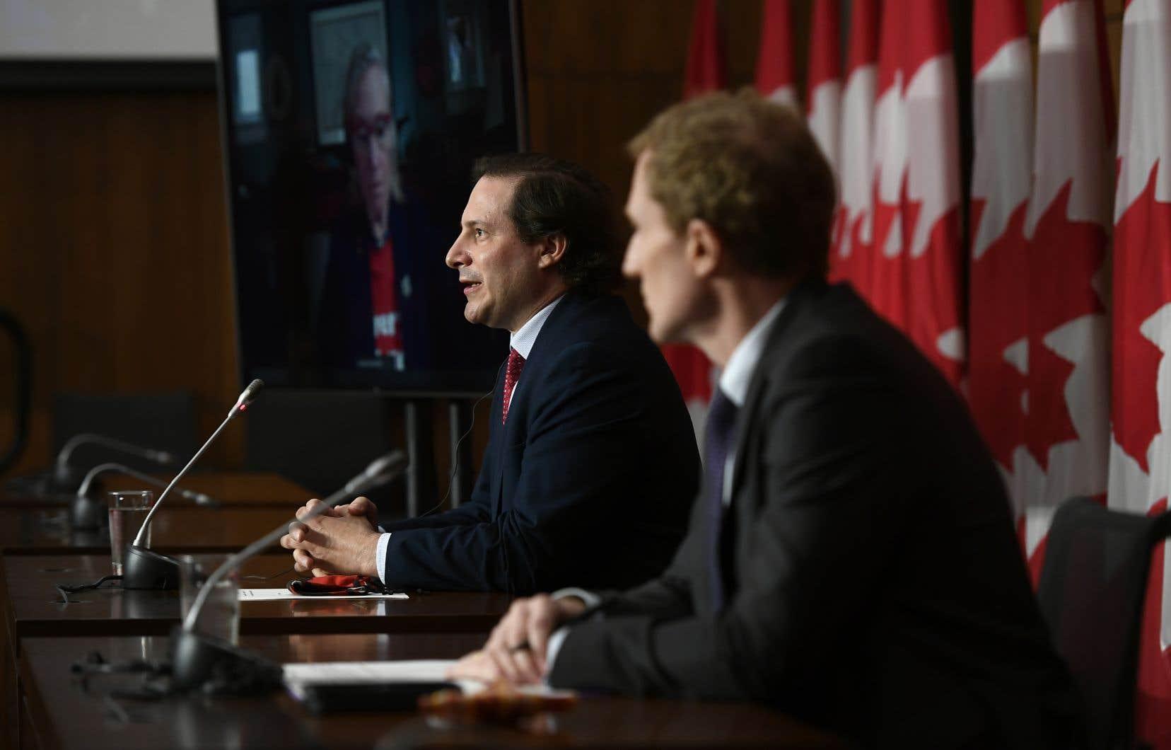 Le ministre des Services aux Autochtones, Marc Miller (au premier plan), et le ministre de l'Immigration et de la Citoyenneté, Marco Mendicino