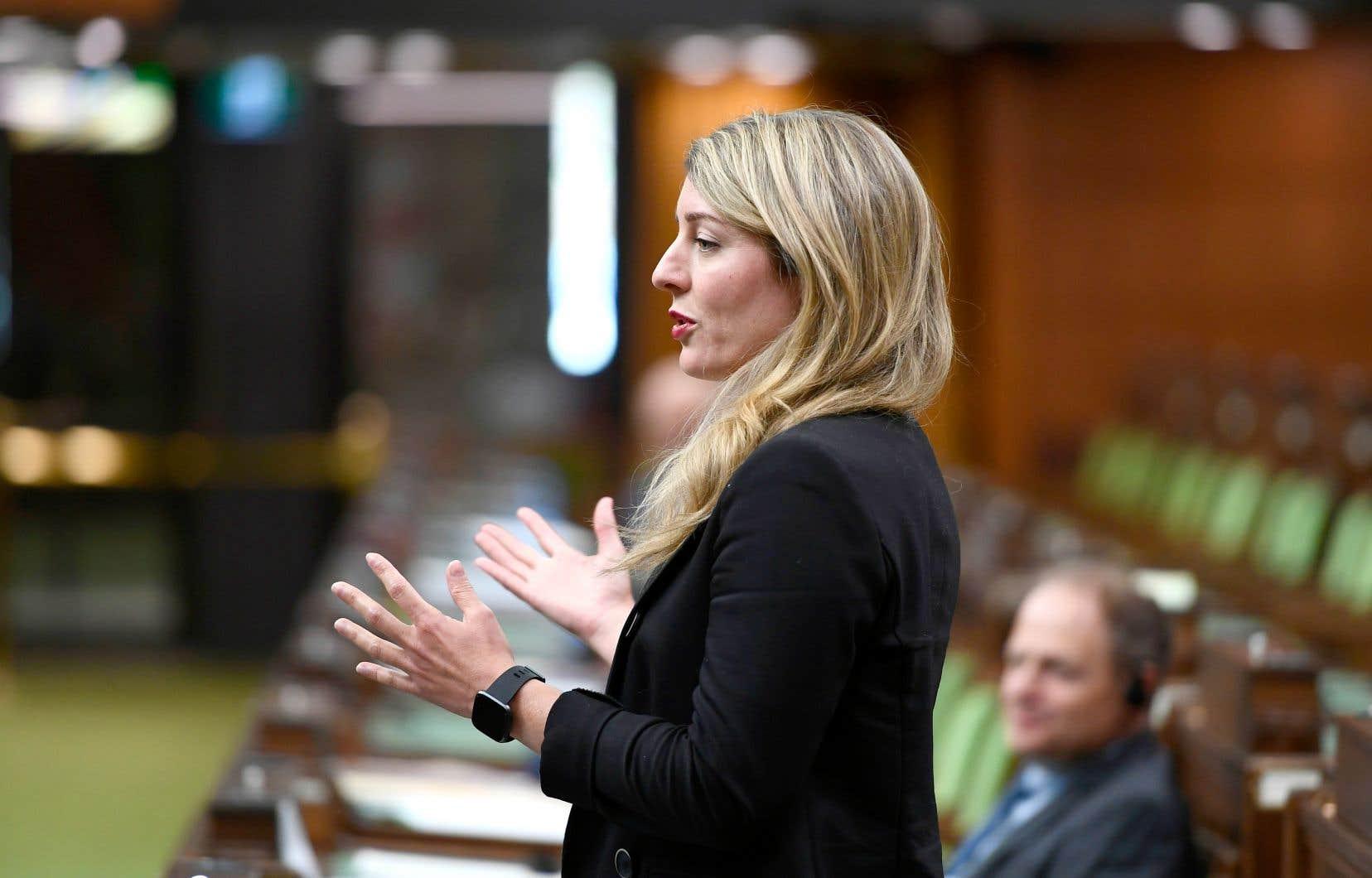 Le projet de loi de la ministre Joly précise la manière dont le gouvernement Trudeau entend protéger le français au sein des entreprises privées de compétence fédérale, comme celles du secteur des télécommunications, des banques ou des transports interprovinciaux.
