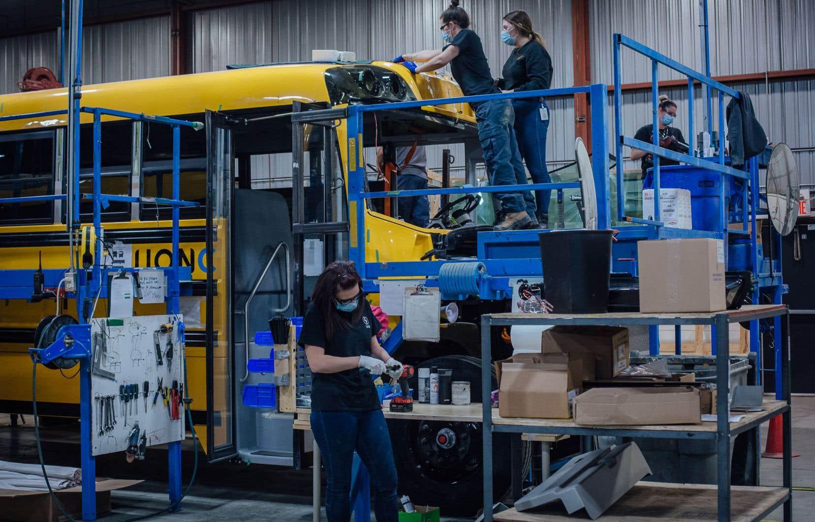 Le gouvernement Legault a annoncé fin avril une modification à un règlement afin d'octroyer une subvention pouvant aller jusqu'à 150000$ pour chaque autobus scolaire entièrement électrique acheté et assemblé au Québec.