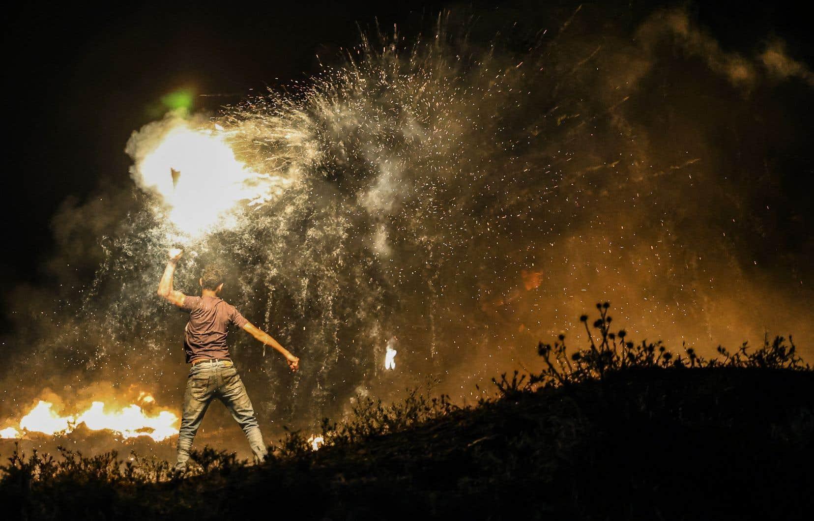 Un manifestant palestinien lance un projectile enflammé vers les forces israéliennes lors d'une manifestation à l'est de la ville de Gaza, près de la frontière avec Israël, le 15 juin 2021.