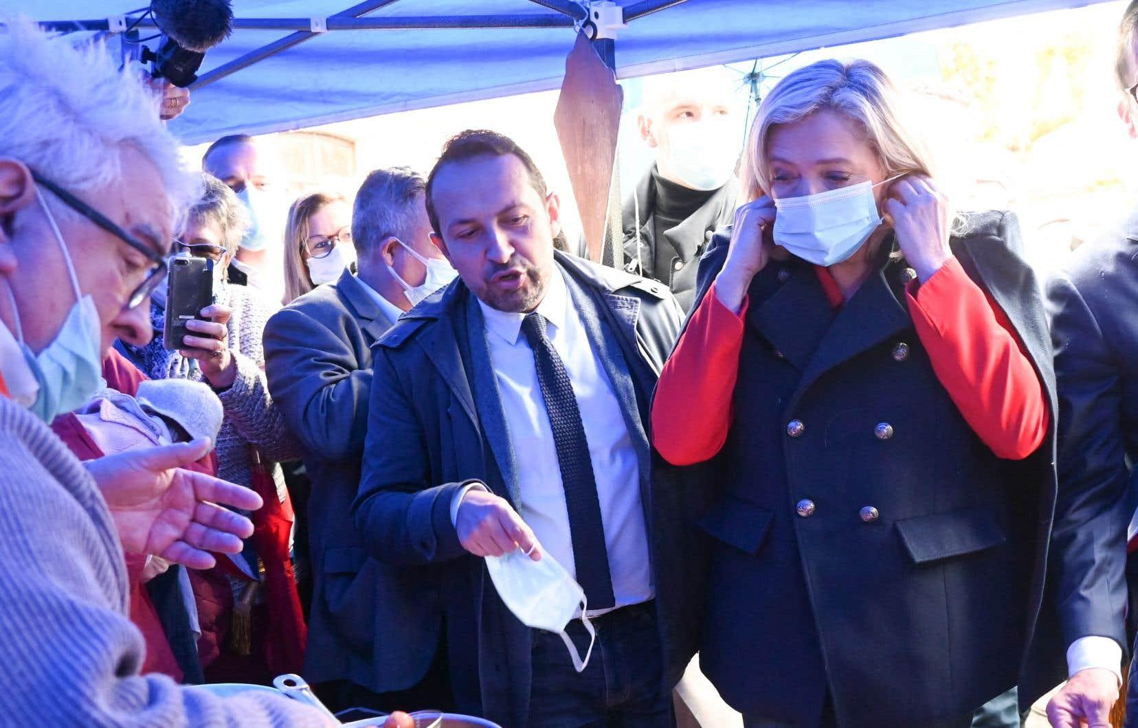 Le candidat du Rassemblement national aux élections régionales des Hauts-de-France, Sébastien Chenu, et la cheffe du parti, Marine Le Pen, à Berlancourt