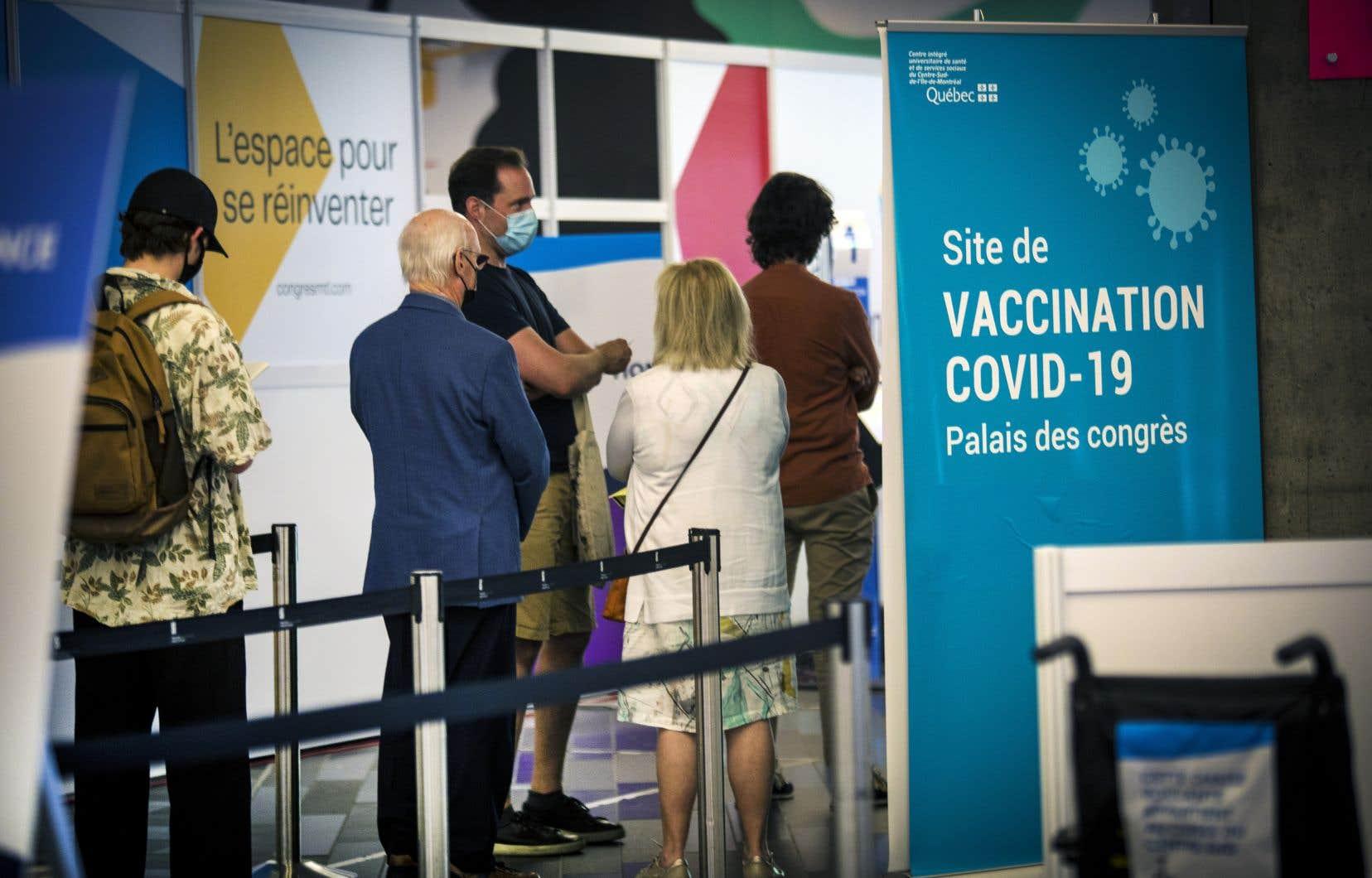 Est-il recommandé de recevoir une deuxième dose du vaccin d'AstraZeneca ou pas? Une déclaration «erronée» sur le site de vaccination du gouvernement du Québec recommandant les vaccins de Pfizer et Moderna a suscité la confusion à ce sujet. Si les comités québécois et fédéral penchent tous les deux pour les vaccins ARNm, il sera tout de même possible de recevoir la deuxième dose de son choix.