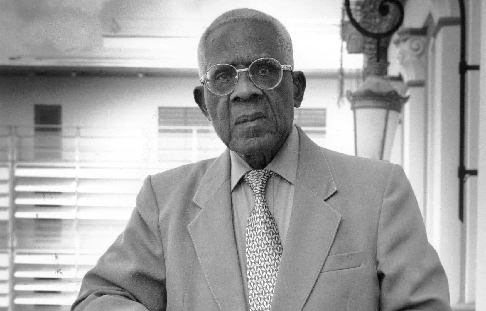 Photo prise en 2003 du poète martiniquais Aimé Césaire posant à la mairie de Fort-de-France. Maire de cette ville de 1945 à 2001, député de 1946 à 1993, président du conseil régional de Martinique, il a fondé le Parti progressiste martiniquais, dont il a quitté la présidence en 2005.