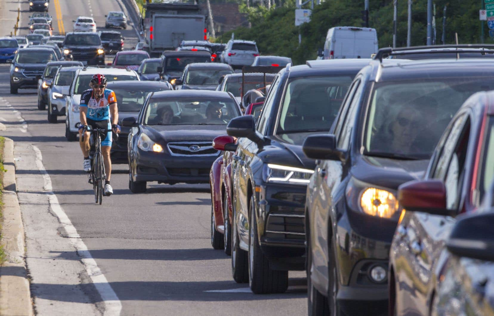 Une portion importante de la montée Masson (route 125)entre Terrebonne et Laval ne dispose d'aucune piste cyclable ni d'accotements asphaltés.