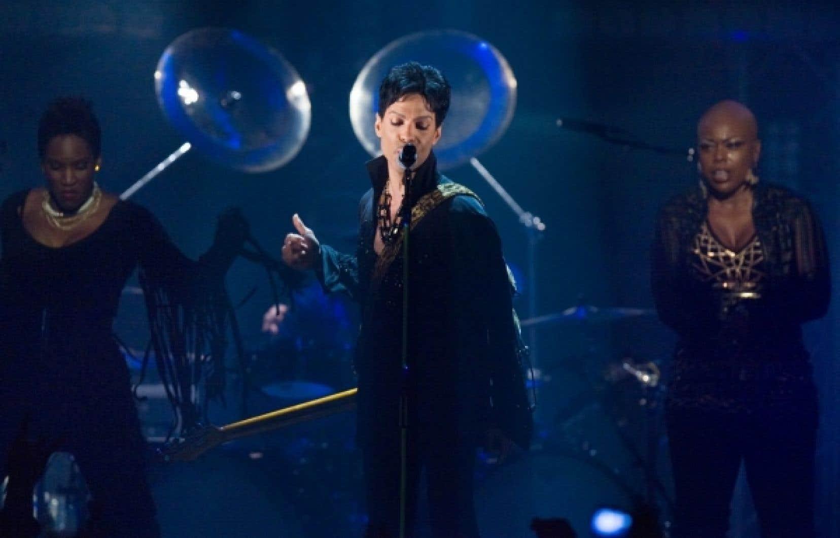 L'aisance de Prince sur scène fascine: sa façon de bouger, de danser, d'arpenter la scène pour mettre en valeur ses musiciens, tout témoigne d'un gigantesque talent et d'une parfaite connaissance des rouages du métier. La dégaine de superstar, il maîtrise. Et utilise à bon escient.