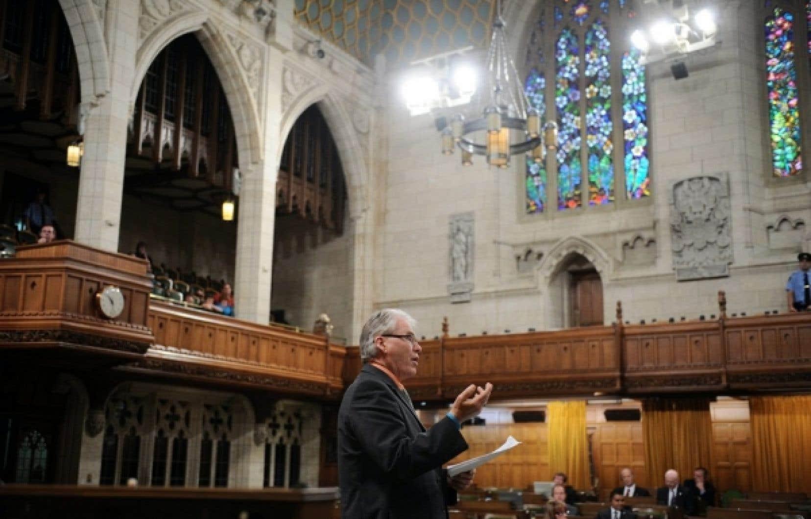 Le député néo-démocrate Bruce Hyer pratiquait hier une obstruction systématique à la Chambre des communes à l'endroit des conservateurs qui tenaient à faire adopter leur projet de loi et ainsi imposer la fin du conflit à Postes Canada.