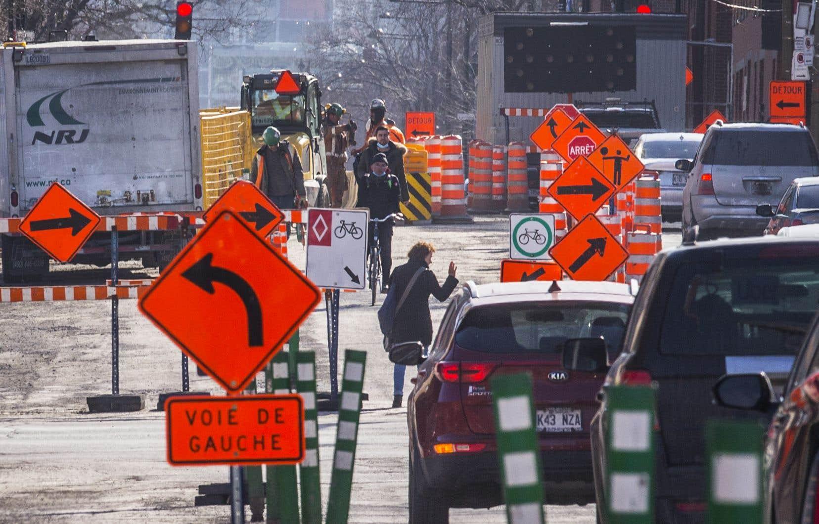 La Ville estime à une soixantaine le nombre de chantiers routiers qui sont maintenus. Une vingtaine d'autres, qui avaient débuté avant le déclenchement de la grève, ont été suspendus et moins de 40 seraient reportés
