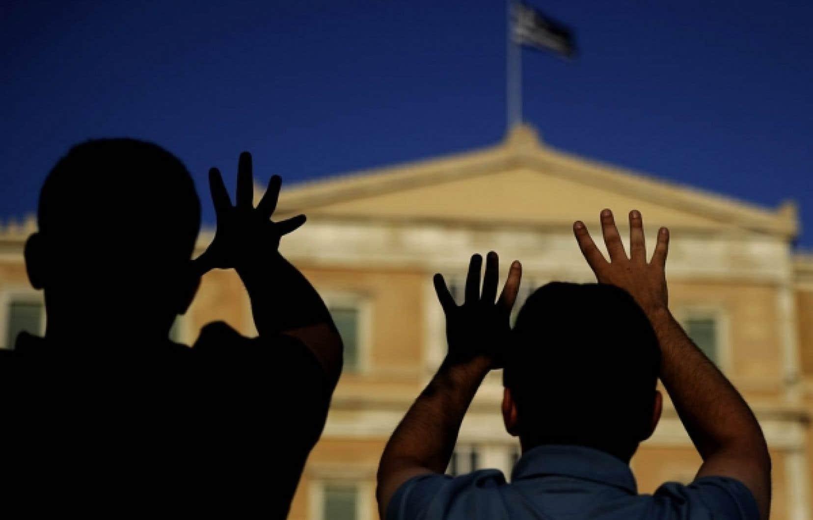 Des citoyens manifestent devant le parlement grec leur opposition au régime d'austérité.<br />