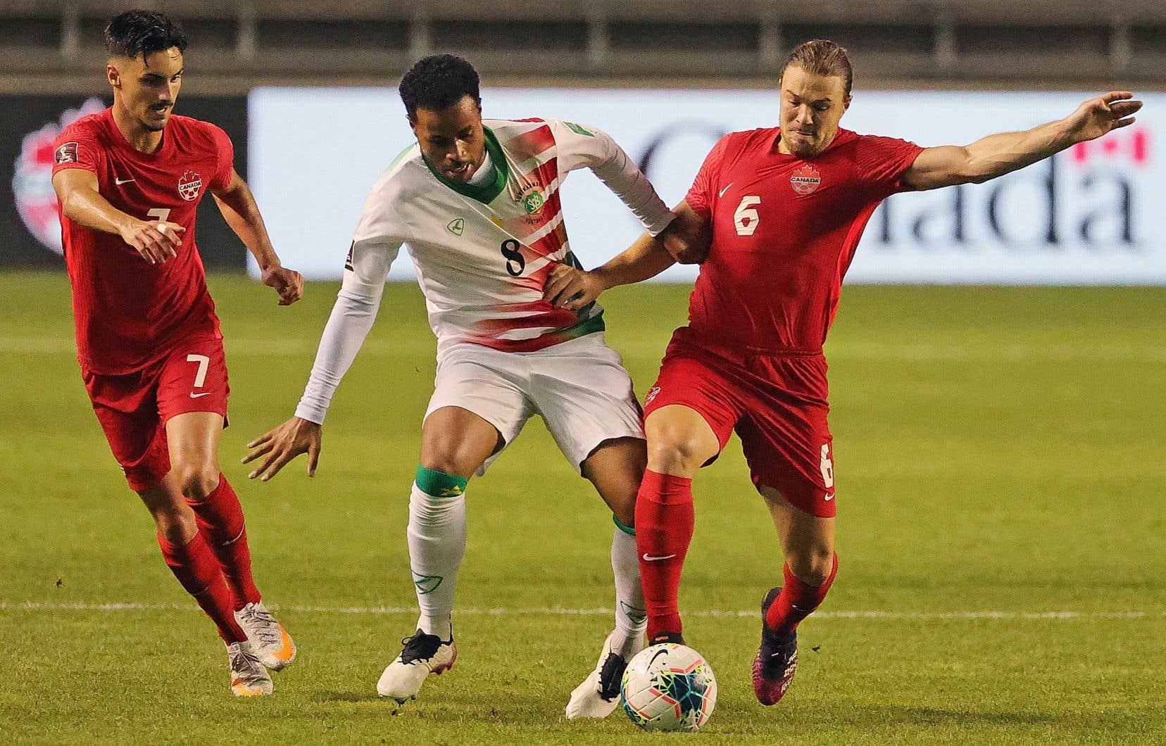 Roland Alberg n°8 du Suriname affronte Samuel Piette n°6 du Canada lors d'une qualification pour la Coupe du Monde de la FIFA au SeatGeek Stadium le 8 juin dernier à Bridgeview en Illinois.