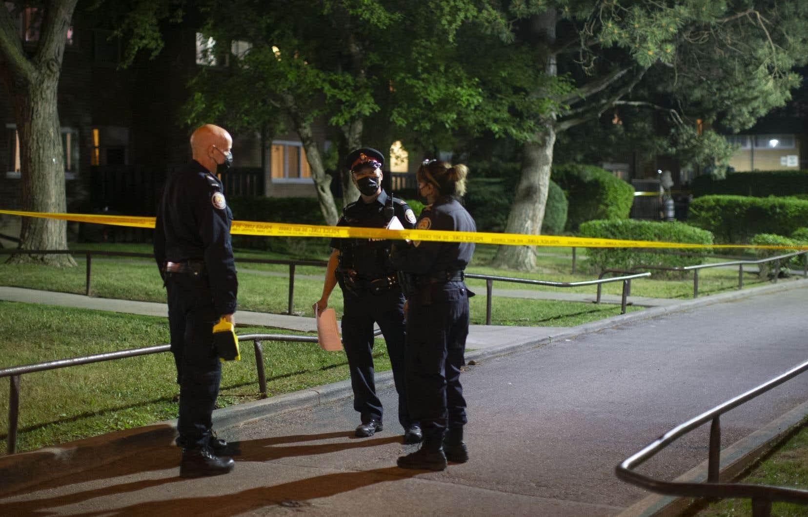 Les policiers ont été appelés sur les lieux juste avant20 heures, dans le quartier Rexdale.Plusieurs suspects sont recherchés.