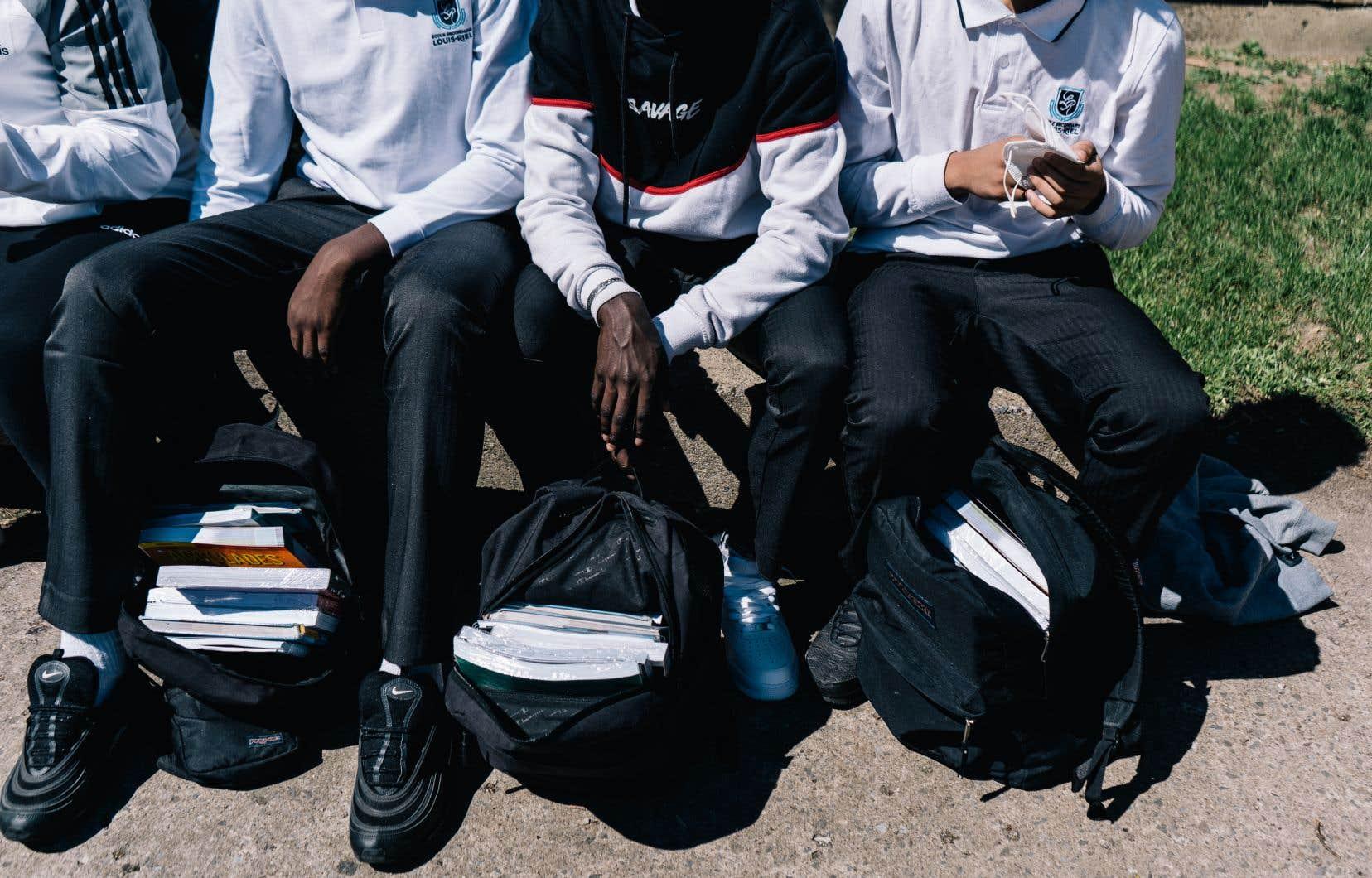 Selon l'auteur, l'anxiété de performance, le manque d'estime de soi et la perte d'autonomie des jeunes seraient des conséquences des écoles sélectives et discriminatoires que produit le système d'éducation québécois.